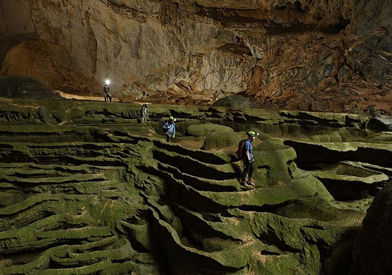 Первая экспедиция была не столь продолжительной: спелеологи наткнулись на естественную преграду — стену из кальцита высотой 60 метров, которая была названа Великая вьетнамская стена.