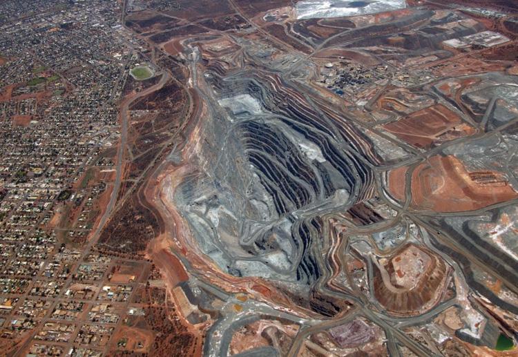 Калгури супер пит, Австралия Самый большой открытый карьер Австралии начал свою работу в 1989 году. За годы добычи крупнейший золотой карьер разросся до 3,5 км. в длину. Расстояние от бортов карьера до дна составляет 360 метров.