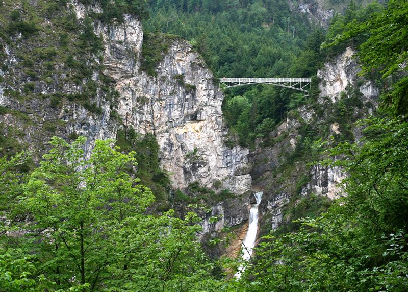Мариенбрюке, Германия Мост через ущелье Поллат располагается на высоте 92 метра. Отсюда открывается вид на самый известный замок Германии Нойшванштайн, а прямо под мостом низвергается 45-метровый водопад.