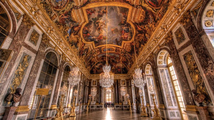 Версаль, Франция В пересчете на современные деньги строительство самого большого дворцово-паркового ансамбля в Европе обошлось в 37 миллиардов евро. 700 комнат, 2000 окон, 350 каминов и 70 лестниц — дворец поражает своим великолепием и размахом. Без сомнения, внимания заслуживает каждый квадратный метр комплекса, но самым зрелищным местом считается Зеркальная галерея. В ней, напротив каждого арочного окна размещено семнадцать зеркал. Свет отражается в них, создавая пространственный эффект и игру отражений.