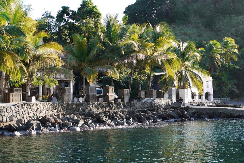 Пираты Карибского моря В фильме «Пираты Карибского моря» родным городом нескольких главных персонажей стал город под названием Порт Рояль. Декорации населенного пункта возводились в бухте Вейлилабоу Бей, расположенной в Сент-Винсент и Гренадины.