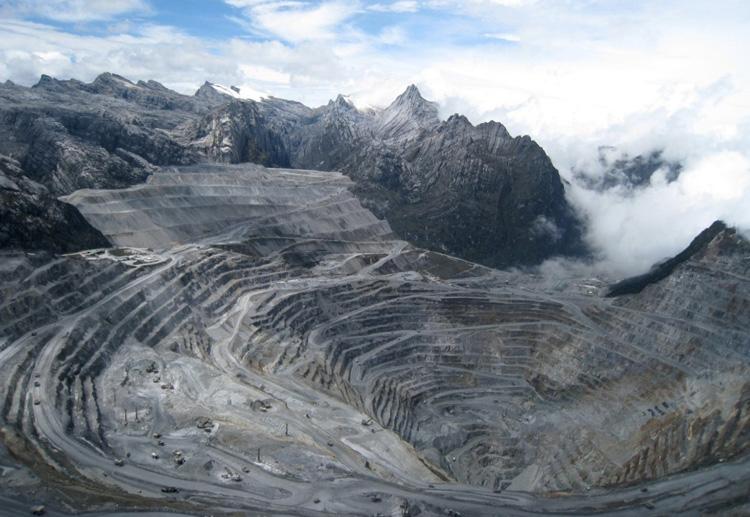 Грасберг, Индонезия Грасберг считается самым высоким карьером в мире, он расположен на высоте 4285 метров над уровнем моря. Разработка карьера началась в 1973 году. На данный момент карьер достиг глубины 480 метров.