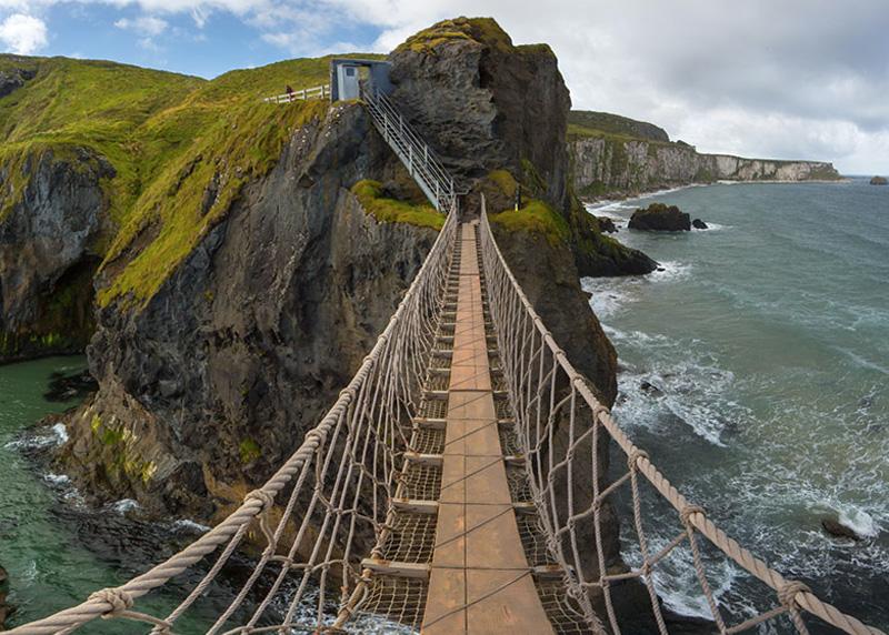 Каррик-а-Реде, Северная Ирландия Веревочный мост длиной 20 метров связывает материк и остров Каррик. Конструкция располагается над 30-метровой пропастью. При сильных порывах ветра мост имеет внушительную амплитуду раскачивания.