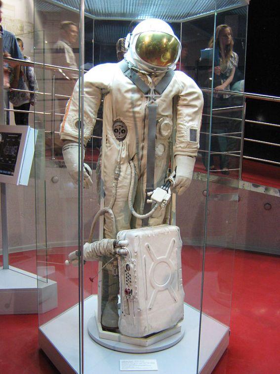 Ястреб Прототип «Ястреба» был создан и испытан в 1967 году. Он представлял собой скафандр мягкого типа со съемным металлическим шлемом. Первыми космонавтами, использовавшими скафандр «Ястреб», стали Е. Хрунов и А. Елисеев во время полета кораблей «Союз-4» и «Союз-5».