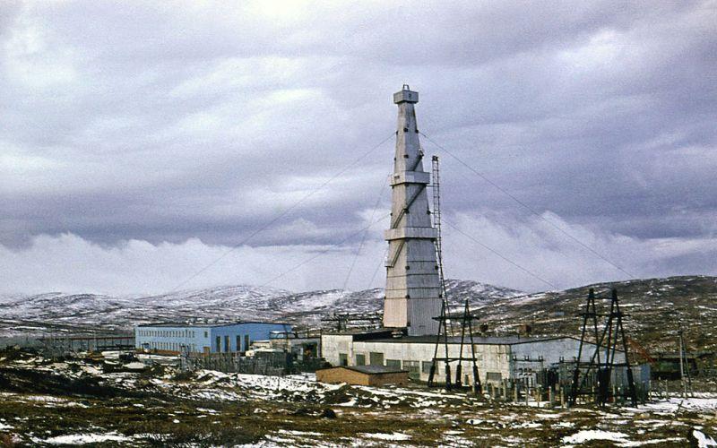 Кольская сверхглубокая (Россия, 12262 м) Занесена в Книгу рекордов Гиннеса как «самое глубокое вторжение человека в земную кору». Когда в мае 1970 года у озера с труднопроизносимым названием Вильгискоддеоайвинъярви начиналось бурение, предполагалось, что скважина достигнет глубины в 15 километров. Но из-за высоких (до 230°С) температур работу пришлось свернуть. На данный момент Кольская скважина законсервирована.