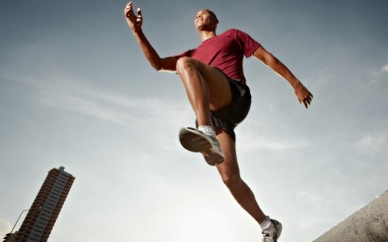 Бегайте без цели Наш мозг сильно печется о состоянии физической оболочки, в которую он заключен: если мы, например, собираемся пробежать 10 км, мы начнем уставать еще где-то на восьмом – так мозг сохраняет энергию. Так что иногда бывает полезно не знать заранее, что вы будете делать. Пробегитесь по незнакомому маршруту или срывайтесь с места в спринт, останавливаясь тогда, когда поймете, что устали. Эта небольшая хитрость поможет добиваться куда лучших результатов.