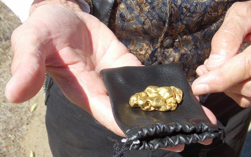 Ручей Миллионный Богатую россыпь здесь нашли случайно: в 1896 году вьюченная лошадь, принадлежавшая группе спиртоносов (контрабандистов, доставлявших на прииски спирт в обмен на золото), провалилась в промоину. Когда ее стали вытаскивать, на дне ручья нашли самородки. Россыпь оказалась очень богатой – за месяц удалось добыть более 640 кг крупного золота. Когда правительство узнало о незаконном прииске, черных старателей разогнали, но обнаружить источник самородков с тех пор так и не удалось.