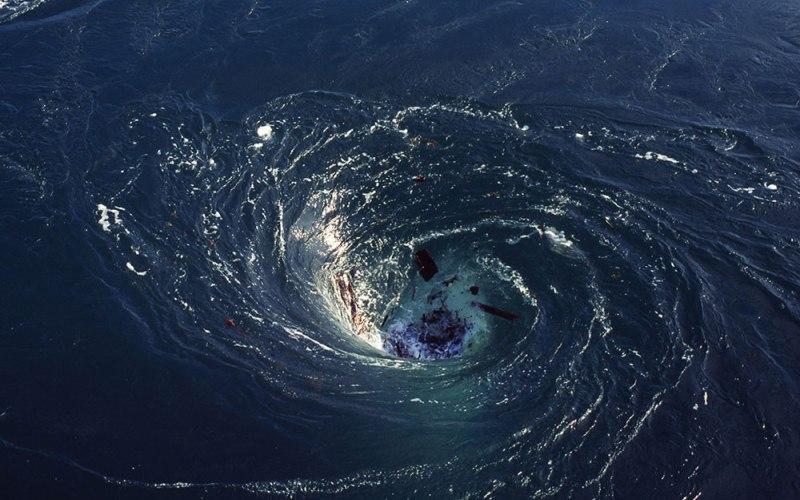 Таинственное исчезновение Этот таинственный воздушный инцидент произошёл в 2009 году с участием борта Air France 447, выполнявшего рейс из Рио-де-Жанейро в Париж. Вылетев из бразильской столицы, самолет спустя 4 часа пропал над водами Атлантического океана. Поисковые отряды долгие месяцы прочесывали морскую гладь в поисках ответов на вопросы о причинах внезапного исчезновения. Спустя продолжительное время поиски увенчались успехом и к расследованию таинственного происшествия приступила группа экспертов. Одна из версий удивила многих – отказ оборудования вследствие интенсивного облучения электроники радиацией.