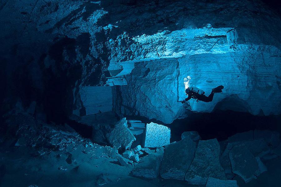 Ординская подводная пещера Пермский край Кейв-дайверы всего мира собираются для посещения Ординской подводной пещеры. Это один из самых интересных и самых опасных спотов для погружения: многочисленные тупиковые отрезки и туннели, длиной в несколько километров, масса еще неизведанных ходов. Кому попало сюда погружаться, конечно же, не разрешат. Но, если вы опытный кейв-дайвер, то посещение Ординской пещеры вам однозначно рекомендовано.