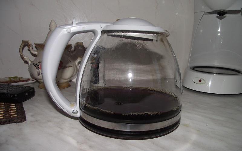 Чистка кофеварки Наполните колбу теплой водой и добавьте четверть чашки соды. Взбалтывайте до полного растворения налета.