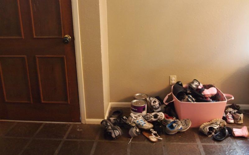 Оставляйте обувь снаружи<br /> На подошвах той же обуви, в которой вы весь день расхаживаете по улице, скапливается множество аллергенов. Пыльца, частицы плесени и грязь – все это вы собственноручно (или собственноножно?) заносите в свой дом. Купите коврик, о который вы будете вытирать ноги, прежде чем заходить домой или оставляйте обувь у входной двери снаружи.