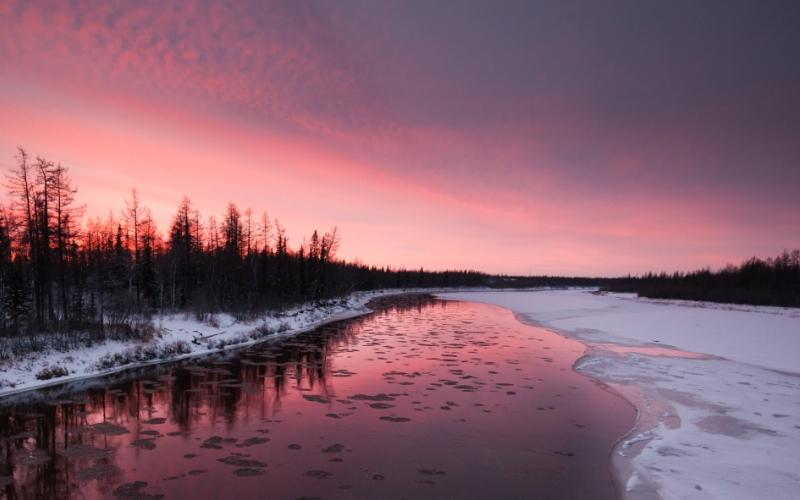 Ямал Следы снежного человека на Ямале регулярно раз в несколько лет обнаруживают местные охотники. Большая их часть приходится на область между тремя поселками: Горки, Азовы и Мужи. Ям мерабаде («человек, меряющий землю шагами» с ненецкого) оставляет огромные следы длиной 50-60 см, а ширина его шагов составляет до 2-х метров.