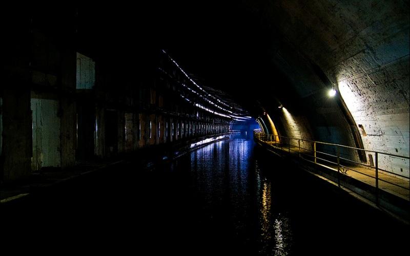 База подводных лодок в Балаклаве В десяти километрах от Севастополя в городе-курорте Балаклава располагается сверхсекретная база подводных лодок. В целях безопасности еще на стадии строительства, начавшегося еще в 1957 году, секретному объекту было присвоено название Городская телефонная станция номер 825 или ГТС 825. Это огромное подземное сооружение, площадь всех помещений которого составляет более 5 тысяч квадратных километров. В 1994 году станцию закрыли, а уже после присоединения Крыма здесь открыли музей, посвященный этой базе.