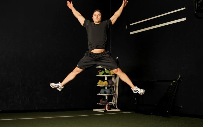 180 градусов Встаньте прямо, ноги на ширине плеч, руки вдоль туловища. В прыжке, вытянув руки над головой, развернитесь на 180 градусов, чтобы приземлиться ровно в противоположном положении. При повторе вы должны вернуться в то положение, с которого начинали упражнение.