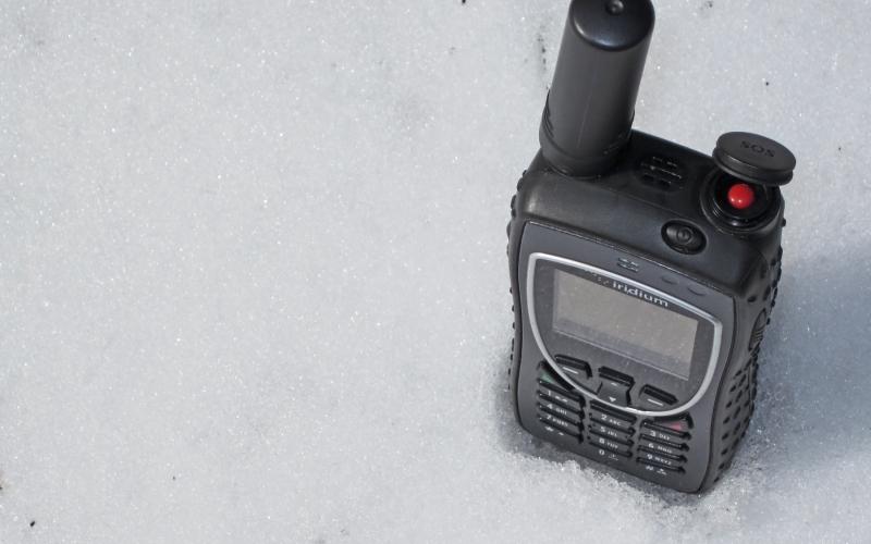Сотовый телефон Телефон остается главным устройством, при помощи которого вы можете сообщить о произошедшей чрезвычайной ситуации. В районах со слабым сигналом, вы можете попробовать отправить СМС-сообщение – это требует лишь мгновенной связи с близлежащей телефонной вышкой. Если вы много времени проводите в тех районах Земли, где связь отсутствует или очень слаба, подумайте о покупке спутникового телефона, которым вы всегда сможете воспользоваться в любой точке земного шара.