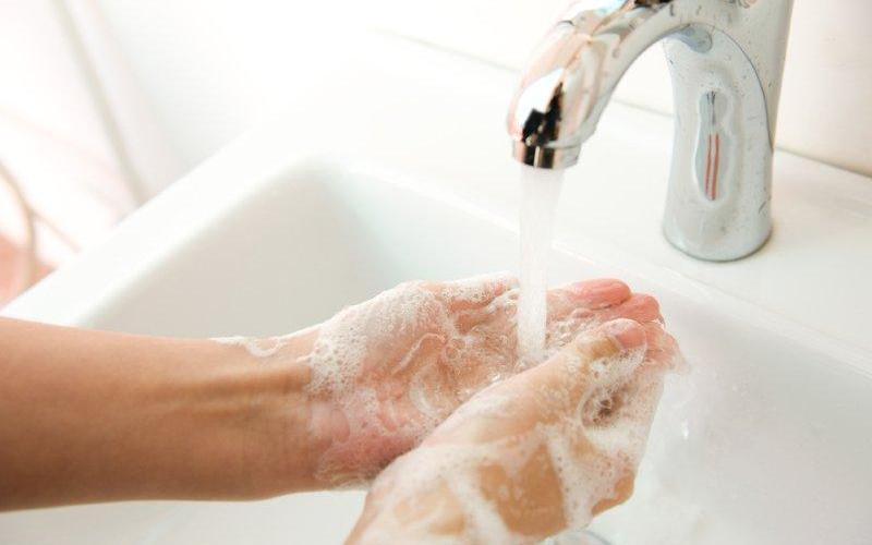 Смойте прочь микробы Так как вредные бактерии могут подстерегать нас повсюду, сделайте своей привычкой мытье рук перед едой и после посещения общественных мест. Просто сполоснуть руки водой недостаточно. Тщательно вымойте их с мылом в течение 20 секунд и высушите – сушка добьет те микроорганизмы, с которыми не справилось мыло.
