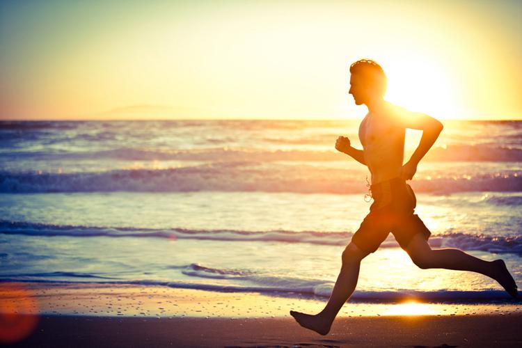 Бег Время: 30 минутКалории: 300 Типичный бегун — всегда обладатель отличной фигуры. Тому есть несколько веских, и даже очевидных причин. В основном, работают ноги, но руки и плечи также постоянно находятся в движении. Чтобы получить максимальную отдачу от упражнения, держите руки ближе к телу, чтобы сохранить суставы в целости – отталкивайтесь от земли пальцами ног и серединой ступни.