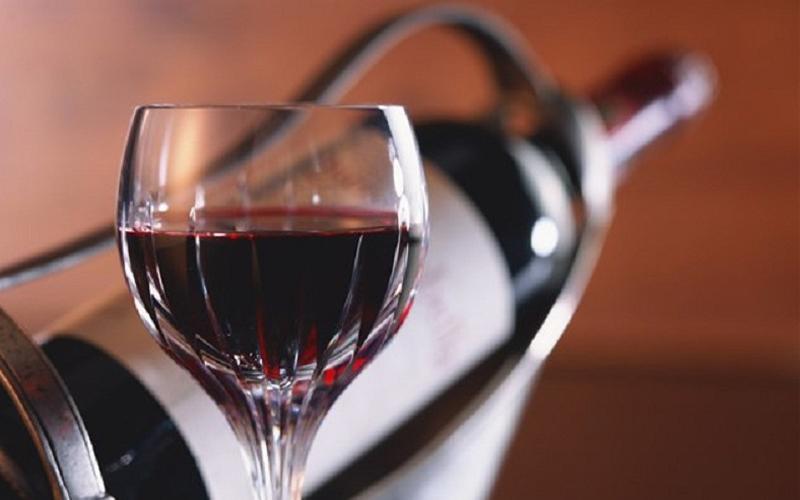 Сухое красное Алкоголь и табак — вредны, мы уже писали об этом выше. Но сухое красное вино (с таким же успехом можно, правда, есть виноград килограммами), на иммунитет влияет положительно. Речь, понятное дело, не идет о бутылке на вечер: бокал-два хорошего красного поднимет вам настроение и оздоровит организм одновременно.