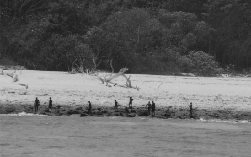Изоляция Люди, живущие на острове Северный Сентинел, отторгают любую связь с внешним миром с тех пор, как исследователи обнаружили их в 1700-х годах. Временем появления племени считается каменный век, и сентинельцы до сих пор сохранили тот же уклад жизни, что и в ту эпоху.