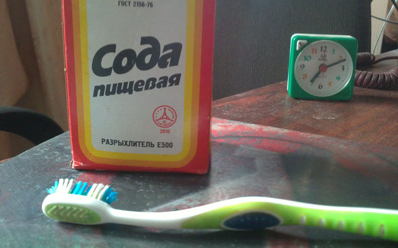Отбеливание зубов Вернемся во времена, когда вместо зубных паст пользовались зубными порошками. Рассыпьте небольшое количество соды на любой поверхности и обмакните в горстке зубную щетку. Тщательно почистите зубы и прополощите рот водой.