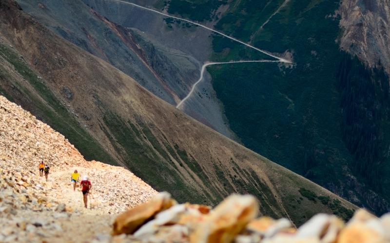 Hardrock Endurance Run 100 Протяженность: 160 км Место проведения: Колорадо, США  Местом проведения этого 100-мильного ультрамарафона является гора Сан-Хуан в Колорадо. Ежегодно участники забега рискуют своей жизнью на узких, постоянно осыпающихся, горных тропах, забираясь на высоту около 10 тысяч метров над уровнем моря. Кроме необычайной физической выносливости, все бегуны должны в совершенстве владеть навыками альпинизма и выживания в диких условиях.