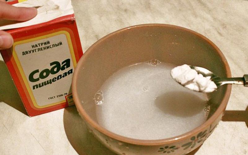 Средство против перхоти Если вместо своего обычного шампуня вы две недели будете использовать раствор соды, то вопрос с грибком, ответственным за возникновение перхоти, будет решен в вашу пользу.