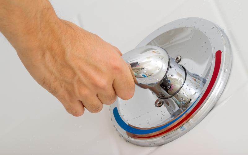 Закалка Чередование во время купания низких и высоких температур – так называемый контрастный душ – отличная тренировка иммунной системы. 5-7 минут обливаний утром или вечером приучат ваш организм к резким сменам температуры. Не забудьте потом энергично растереть себя полотенцем, чтобы как следует разогреть тело.