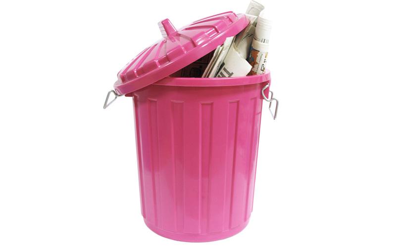 Дезодорация мусорной корзины Сода способна освежить ваши мусорные ведра, притом даже тогда, когда мусор еще там: просто добавьте туда чуть соды, когда оно заполнено. И не забывайте мыть ведра регулярно после выноса мусора —тоже с содой.