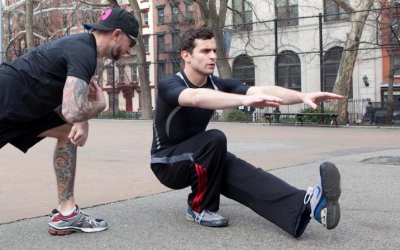 Приседания в выпаде на одну ногу Лучшее одностороннее упражнение на развитие мышечного массива ног. Для того чтобы поднять вес своего тела одной ногой, вам потребуется задействовать огромное количество мышц. Встаньте так, чтобы боком касаться дверного косяка. На вдохе сгибайте одну ногу, другую одновременно выводя вперед вытянутой. Плечом при этом слегка касайтесь косяка. Присядьте как можно глубже и на выдохе выпрямитесь.
