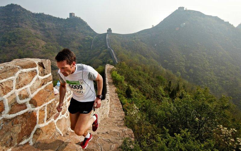 Great Wall Marathon Протяженность: 5164 ступени Место проведения: Пекин, Китай  Высокая влажность, 30-градусная жара и 5 тысяч ступеней определенно ставят этот забег наравне с самыми сложными марафонами в мире. Маршрут начинается на площади Инь-Янь в центре поселения недалеко от Пекина и ведет к 7-километровому участку Великой Китайской стены. Пробежав по нему, участники делают круг по экзотично выглядящей китайской сельской местности, и возвращаются к Стене, где уже только древние высокиеступени отделяют их от финиша.