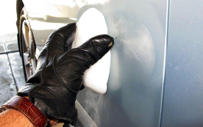 Уберите вмятину сухим льдом Резкая перемена температуры заставит вмятину на вашей машине выпрямиться. Возьмите кусок сухого льда и протрите место вмятины, предварительно приложив к нему кусок фольги. Не забудьте надеть прочныеперчатки, чтобы лед не повредил кожу рук.