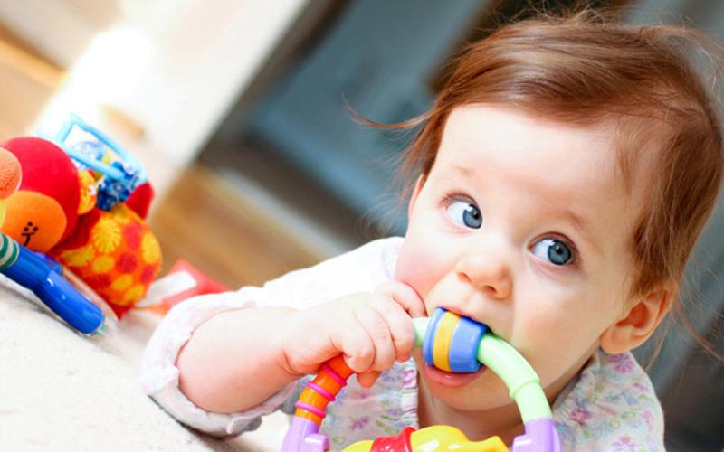 Чистка детских игрушек Сода и здесь выступает лучшим из доступных средств. Обмокните влажную и чистую губку в соду и протрите все, с чем контактирует ваш ребенок.