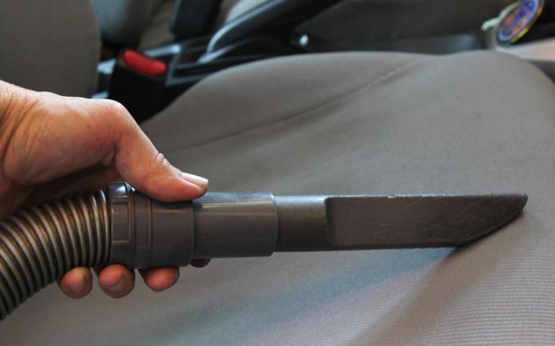 Чистка салона автомобиля Тканевые поверхности в вашей машине благодарно впитывают в себя все запахи на свете. Нанесите на них соду в сухом виде, подождите 15 минут или дольше и соберите пылесосом. Сода также применима к хромированным поверхностям, аккумуляторам, коврикам и пепельницам.