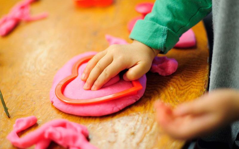 Пластилин из соды Вариант особенно уместен в том случае, если у ваших детей аллергия на глютен, который содержится в пластилине. Смешайте две чашки соды, чашку кукурузного порошка, полторы чашки воды и чайную ложку масла. Разогрейте массу в сковороде до густой консистенции и дайте остыть, прежде чем добавить краситель.