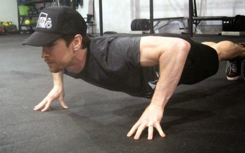 «Шаги альпиниста» Примите положение как для отжиманий. Опирайтесь на ладони и пальцы ног. Стараясь не менять положение тела, согните ногу в колене и подтяните к груди. Задержитесь на пару секунд и вернитесь в исходное положение. Это упражнение хорошо сжигает жир, так и укрепляет мышцы нижнего пресса и спины.