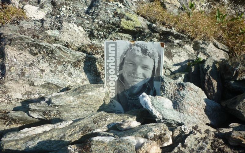 Гора мертвецов (перевал Дятлова) Между горой Холатчахль (с мансийского «гора мертвецов») и еще одной безымянной вершиной находится печально известный перевал Дятлова. Именно здесь в феврале 1959 года при невыясненных до сих пор обстоятельствах погибла группа туристов под руководством Игоря Дятлова, именем которого и назвали перевал. Причиной их гибели называли какое-то время и местных манси, охранявших священную гору, и несчастный случай в ходе испытания нового оружия и даже НЛО. Настоящая причина так и осталась неизвестной, а факт в том, что с тех пор в районе перевала Дятлова еще не раз гибли люди, иногда целыми группами.