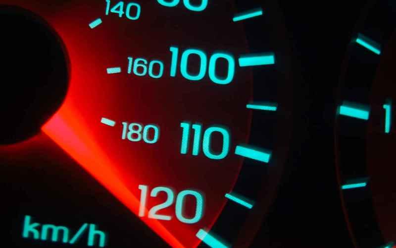Не разгоняйтесьРазогнавшись попустой дороге до120 км/ч вы, конечно, доберетесь допункта назначения быстрее. Ноокупитли эта спешка расходы набензин? Навысоких скоростях вашей машине приходится преодолевать сильное сопротивление встречного воздуха, скоторым автомобиль справляется, увеличивая число оборотов, и, следовательно, расходы энергии.