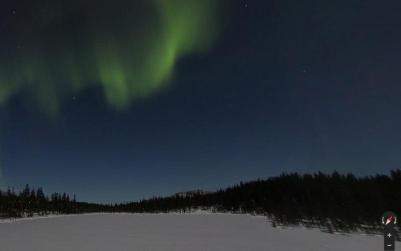 Северное сияние, Финляндия Чтобы сделать эти потрясающие снимки, команда расположила систему фотоаппаратов на штативах прямо в середине замерзшего озера. Потом им оставалось только терпеливо ждать – ведь сияние не появляется гарантированно каждый день. Зато теперь, когда им удалось его заснять, каждый из нас, кто мечтал увидеть сияние, но всегда оказывался не в то время, не в том месте, может, наконец, его увидеть.