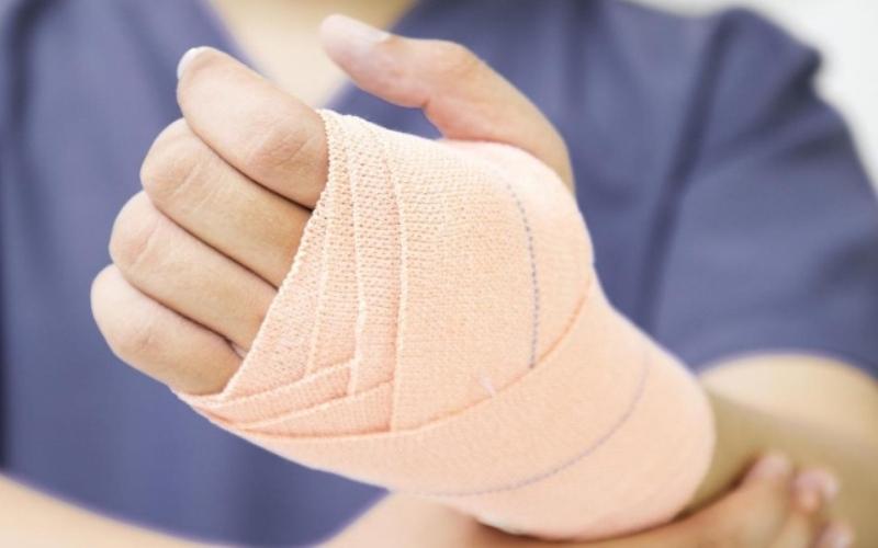 Снять боль в мышцах Чувствуете боль в мышцах после интенсивных тренировок? Причины ее возникновения – микроповреждения мускул и молочная кислота, накапливающаяся в мышечных клеткахво время нагрузок. Снять боль и вывести кислоту поможет уксусный компресс. Разведите раствор – 2 столовые ложки на стакан воды, и наложите компресс на больное место на 20 минут.