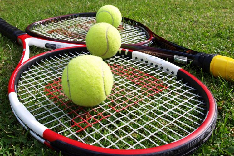 Теннис  Время: 30 минут Калории: 300 Не нужно рассказывать об отсутствии приличных кортов или партнеров, с кем можно сыграть партию-другую. Найдите ровную стенку, берите ракетку, десяток мячей и вперед, покорять собственную лень.