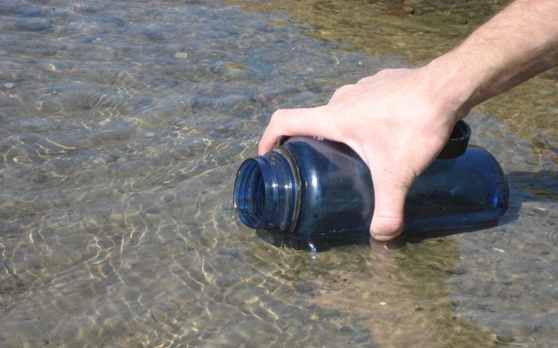 Соль Довольно простой, но практически крайний способ очистить воду. Соль не убъет опасную инфекцию, но, по крайней мере, сделает воду чище. Если у вас больше нет никаких вариантов — используйте хотя бы этот. Ста грамм соли вполне хватает на пару литров: не забудьте перемешать ваш супернапиток и дайте ему отстояться хотя бы двадцать минут.