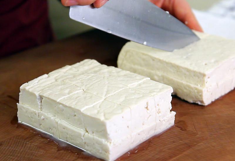 Соя Не нравится? А зря. Продукты, изготовленные из цельных соевых бобов, как тофу, темпе, соевое молоко и соевые орешки, могут обеспечить вас достаточным уровнем белка для строительства мышц. Недавние исследования показали: соевый белок может помочь нарастить мышечную массу почти так же эффективно, как белок, содержащийся в продуктах животного происхождения и молочных продуктах. В отличие от красного мяса, соя обладает высоким уровнем всех девяти незаменимых аминокислот.