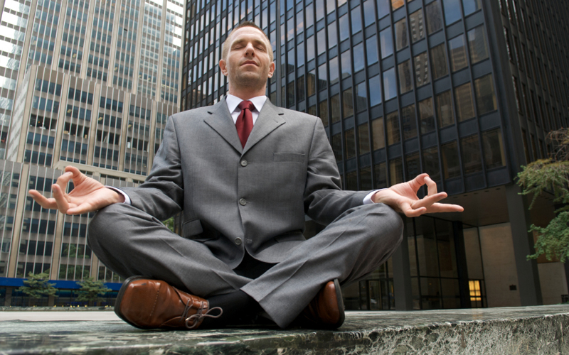 Сидение В офисе многие из нас вынуждены сидеть долгое время. Такая работа, что поделаешь. Но вас никто не обязывает сохранять одно и то же положение тела постоянно. Сядьте свободнее. Меняйте позу хотя бы раз в полчаса. Этих мелочей уже будет достаточно для того, чтобы почувствовать позитивные изменения.