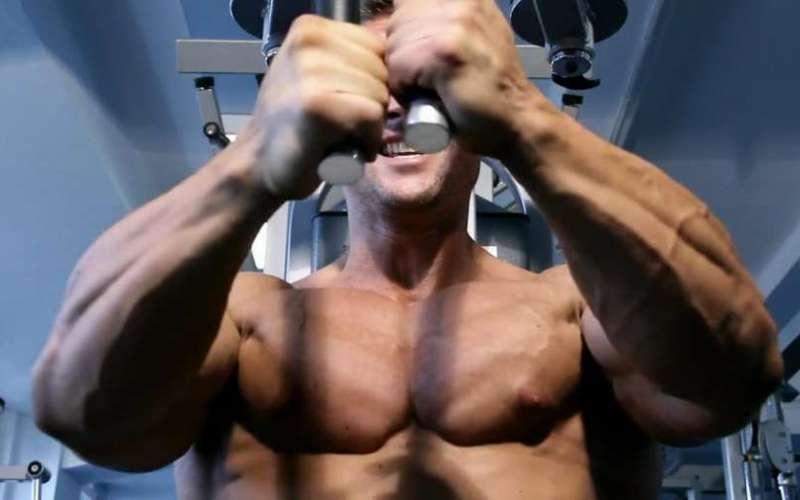 Использование слишком малого или слишком большого веса Впадение в крайности не принесет вам положительного результата. Поднимая слишком большой вес, вы только заработаете себе травму, а слишком маленький станет просто потерей времени. Соблюдайте правильный баланс, при котором ваши мышцы будут нагружены, но не настолько, чтобы появился риск травмы. Какой именно вес вам нужен, вам никто не расскажет, вы сможете определить это только опытным путем.
