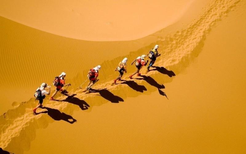 Marathon Des Sables Протяженность: 250 км Место проведения: Сахара  Марафон, ежегодно проводимый в пустыне Сахара, по утверждению его организаторов является «самым жестоким в мире». Участники несут на себе большой груз необходимых вещей (в том числе, ампулы с противоядием от укусов ядовитых змей), и все это при температуре свыше 30 градусов по Цельсию и постоянно подвергаясь риску сгинуть в пустыне во время песчаной бури. Несмотря на всю сложность трассы, ежегодно свыше тысячи человек приезжают в Марокко, чтобы проверить свою выносливость.