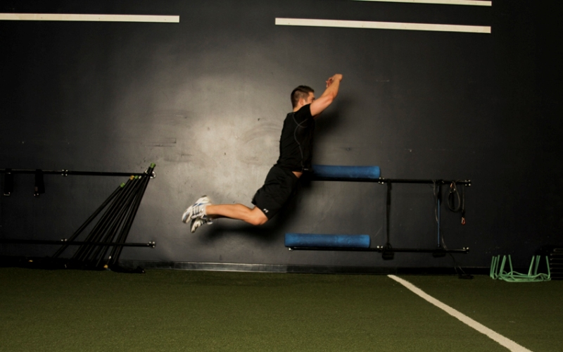 Прыжки в длину в сочетании с бегом Выберите точку на полу, через которую собираетесь прыгать. Встаньте перед ней, ноги на ширине плеч, и, сделав глубокий вдох, прыгните так далеко, как только можете. Приземлившись, тут же разворачивайтесь и бегите обратно. Продолжайте чередовать прыжки и бег. Если жизненного пространства недостаточно, прыгайте в высоту и бегайте на месте, это тоже принесет определенную пользу.