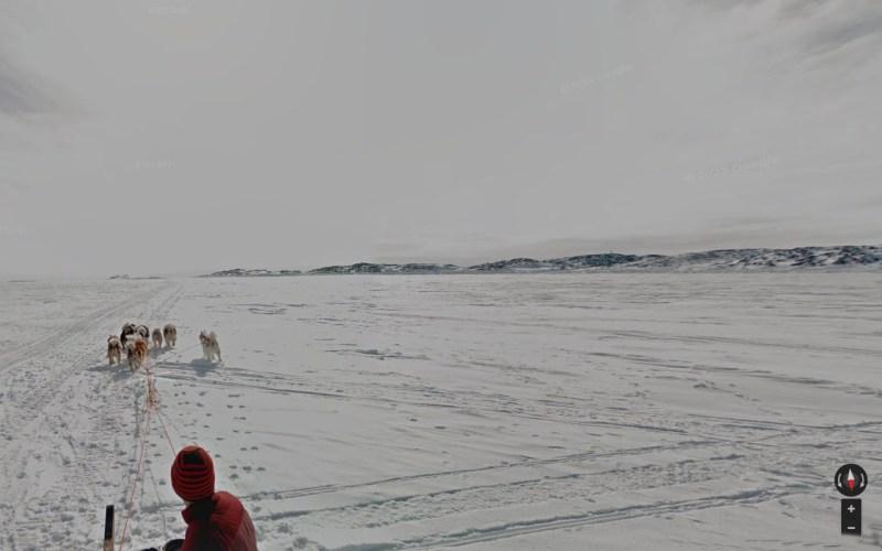 Собачья упряжка, канадская Арктика В расположенный среди льдов канадский город Икалуит сложно добраться и без громоздкого оборудования для фотосъемки. Google направил сюда свою команду в разгар зимы, когда температура опустилась ниже -30 С˚. В дополнение к снимкам замороженной тундры, команде удалось сделать изображения самого города, в котором раньше большинство улиц и достопримечательностей не были отмечены даже на сервисе Google Maps.
