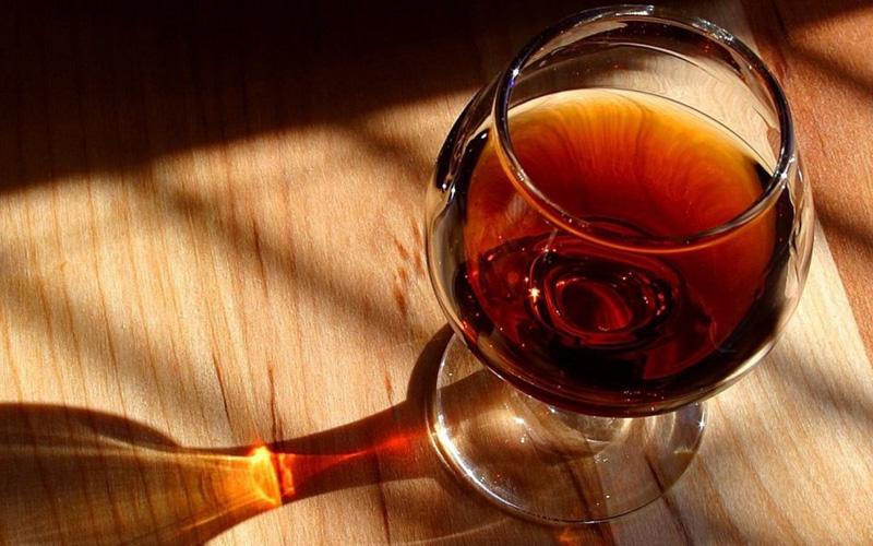 Следы от посуды Неприятные кольца от стаканов и тарелок, которые остаются на деревянных поверхностях, можно оттереть тряпкой, смоченной в растворе соды и воды.