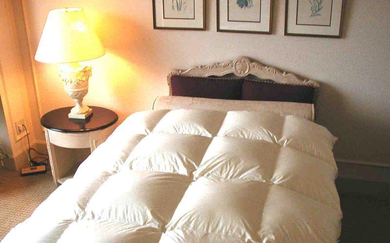 Используйте покрывало Ваши простыни, матрасы и подушки служат прибежищем для таких отвратительных существ, как пылевые клещи. Белковые вещества в экскрементах этих паразитов служат мощным аллергеном. Ежедневно расстилайте поверх кровати покрывало – это затруднит проникновение клещей к вашим постельным принадлежностям.