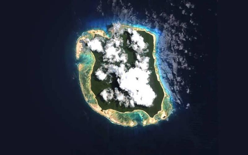 Современная тайна Из-за того, что остров настолько изолирован и потому, что на него практически невозможно попасть, некоторые люди полагают, что на нем находится ключ к разгадке одной из величайших тайн современности. Они утверждают, что Северный Сентинел является местом последнего упокоения рейса 370 Malaysia Airlines. Самолет до сих пор может лежать там, скрытый в густых джунглях.